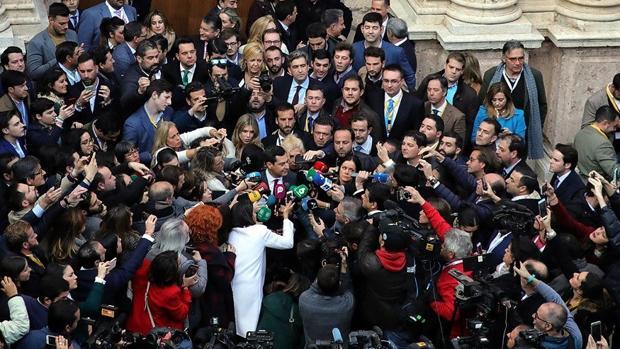 Moreno, rodeado de prensa el día de su votación como presidente de la Junta de Andalucía