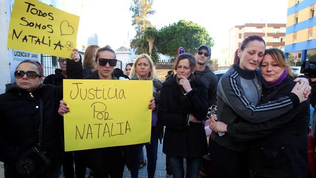 Familires y amigas de la joven asesinada protestan ante el juzgado de Algeciras