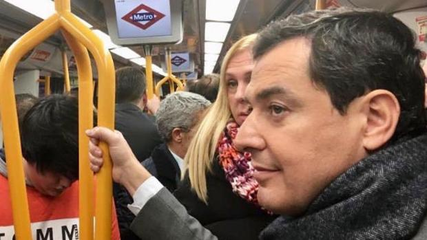 Juanma Moreno, esta mañana en Madrid usando el metro de la capital