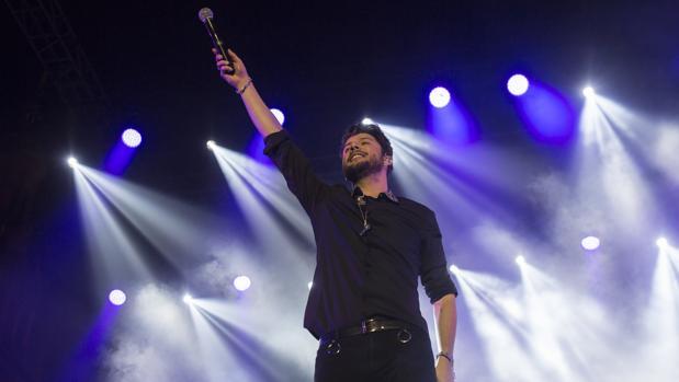 El cantante onubense Manuel Carrasco durante su concierto en la Plaza España de Sevilla