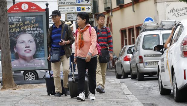 Turistas paseando por Sevilla