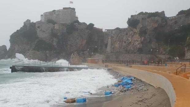 Imagen de algunos de los fardos de hachís, en la playa de Camp Bay, en Gibraltar