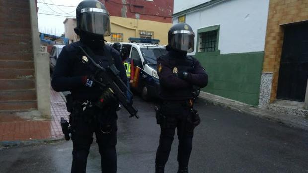 Dos de los agentes que integraron el dispositivo de la operación «Lupita» en Algeciras
