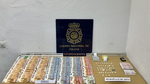 Imagen de la droga , el dinero y parte de los efectos intervenidos en esta operación policial