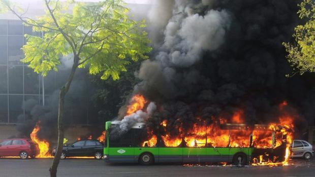 Incendio de un autobus en el Vial Norte