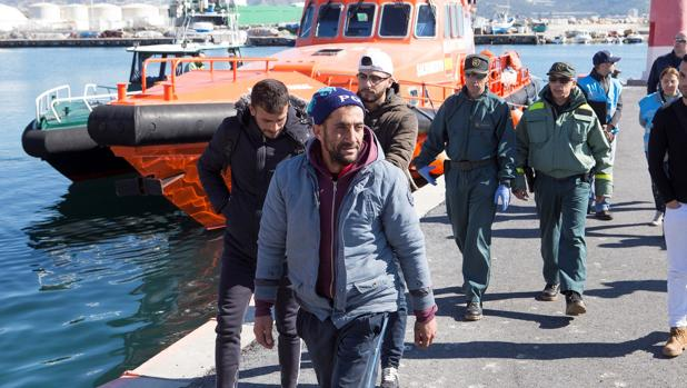 Tres hombres de origen argelino a su llegada al puerto de Motril (Granada)