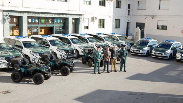 Imagen facilitada por la Guardia Civil de los nuevos vehículos, los mandos y las autoridades