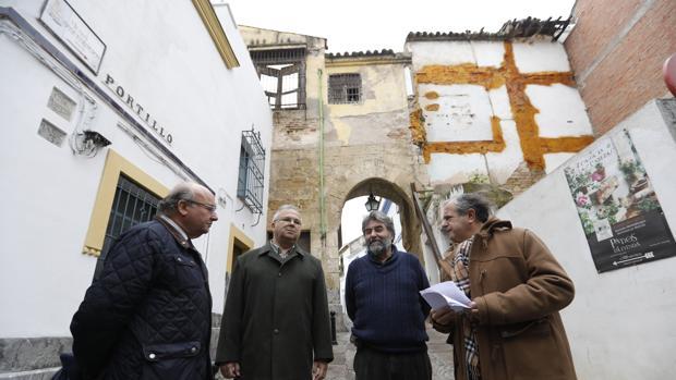 Los concejales del PP, con el escultor Luis Celorio, junto al Arco del Portillo
