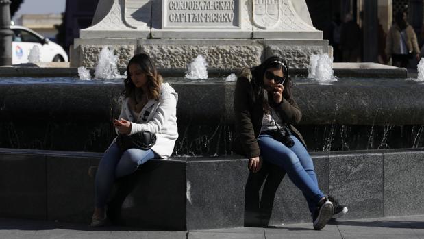 Dos mujeres en la Plaza de las Tendillas de Córdoba