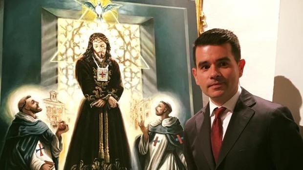 El castreño Juan Francisco Martínez posa frente a otra de sus obras cofrades