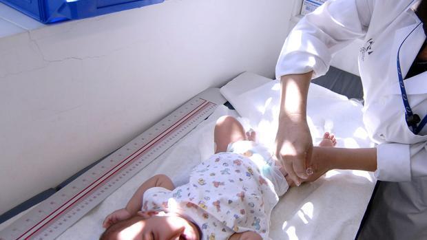 Una enfermera vacuna a un bebé en un centro hospitalario de Sevilla