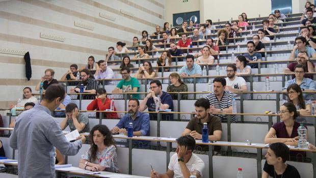 Opositores durante una prueba de acceso a la administración