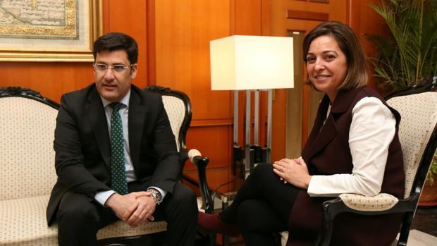 El presidente del Córdoba CF, Jesús León, y la alcaldesa, Isabel Ambrosio, durante un encuentro