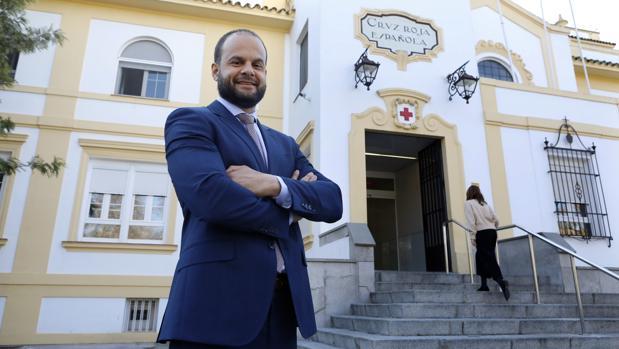 Luis Luengo, nuvo director gerente del Hospital Cruz Roja Córdoba, ante la puerta del complejo sanitario