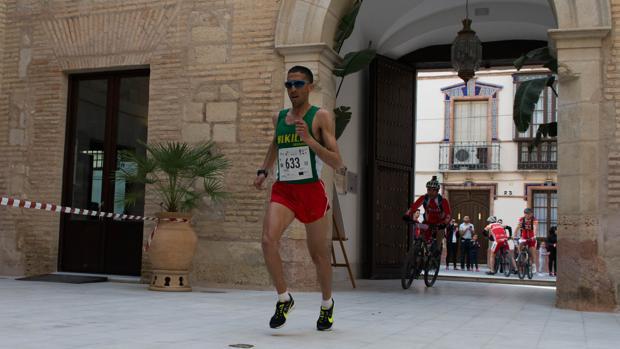 Un corredor en un momento de la Media de Lucena
