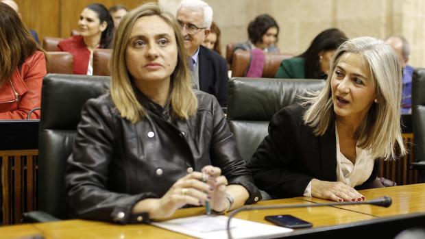 Marifrán Carazo junto a Patricia del Pozo, en el Parlamento andaluz