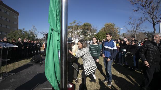 Izada de bandera ayer en la Plaza de Andalucía