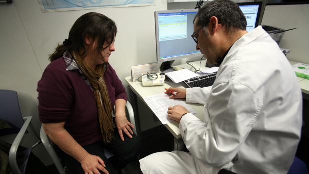 Una paciente en una consulta con su médico