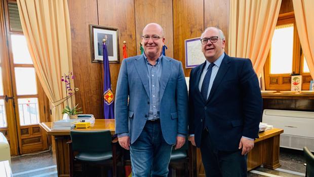 El alcalde de Jaén, Javier Márquez, a la izquierda, junto al delegado de Fomento, Jesús Estrella