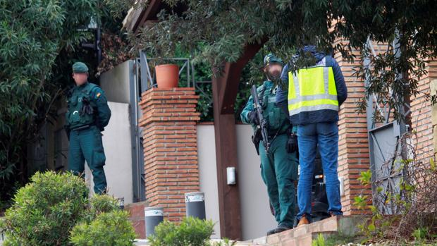 Varios agentes, ante la mansión de Sotogrande en la que vivía el supuesto cabecilla