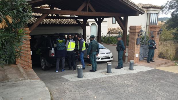 Agentes de la Guardia Civil y de la Policía Nacional, en uno de los registros realizados este martes en Sotogrande