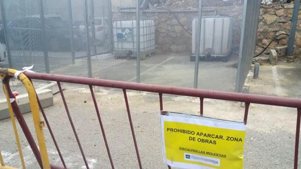 Bideones con residuos de laboratorio en una zona restringida hospitalaria.