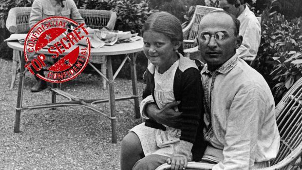 Beria, en primer plano, sostiene a un niña en su regazo