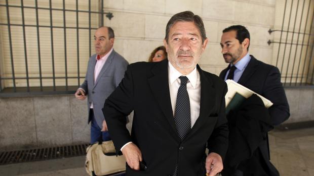 Francisco Javier Guerrero junto a su abogado a su llegada a la Audiencia de Sevilla
