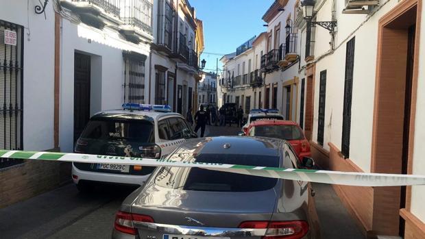 La calle de Bollullos donde se encuentra la vivienda, acordonada