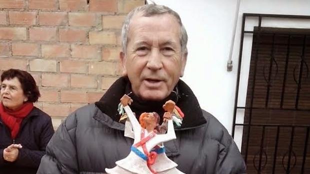 José Balmón posa con una de sus esculturas