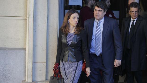 Los letrados del PP Lourdes Fuster y Luis García Navarro, saliendo de la Audiencia de Sevilla