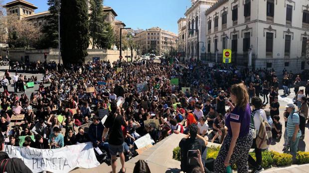 Más de un millar de jóvenes se han congregado en Granada contra el cambio climático.