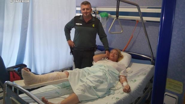 La mujer herida, junto a uno de los agentes que le han salvado la vida y que la visitaron en el hospital
