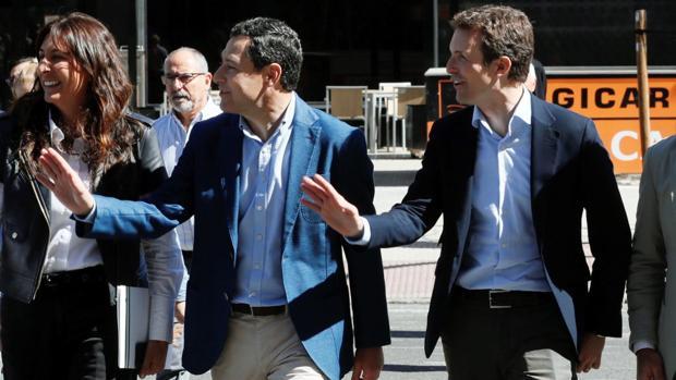 El presidente nacional del PP, Pablo Casado, acompañado de Juanma Moreno en Sevilla