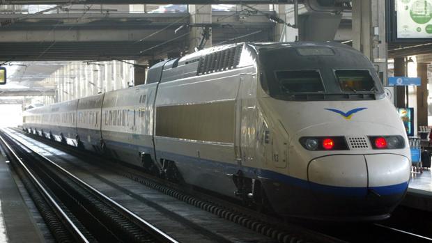 Un tren Ave a su paso por Córdoba