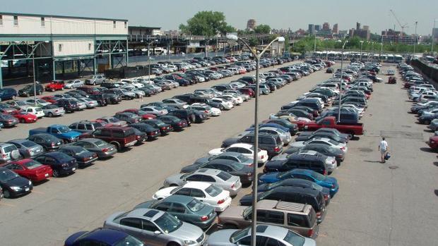 Aparcamiento lleno de coches en una imagen de archivo