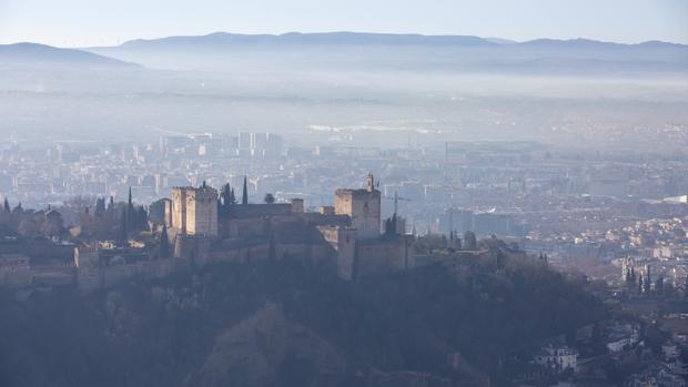 La habitual boina de contaminación se cierne sobre Granada.