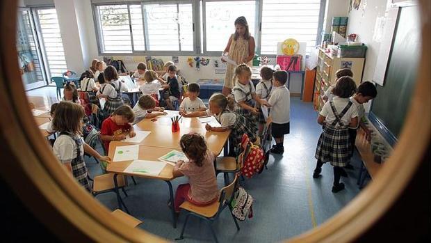 Una profesora dando clases