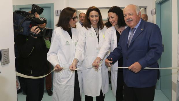 Nieves Romero, a la derecha del consejero Jesús Aguirre, en una visita al hospital Virgen del Rocío