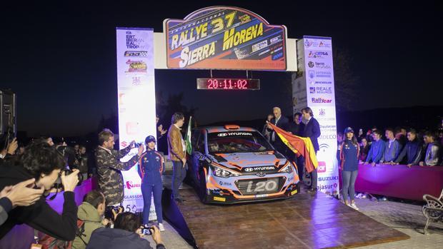 Puesta de largo, en la noche del jueves, del Rallye Sierra Morena