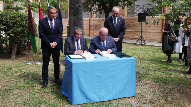 El presidente de la Diputación, Francisco Salado, y el consejero de Salud, Jesús Aguirre, firman la cesión