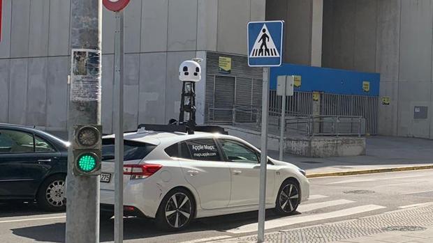 El coche de Apple, por las inmediaciones del Estadio Carranza.