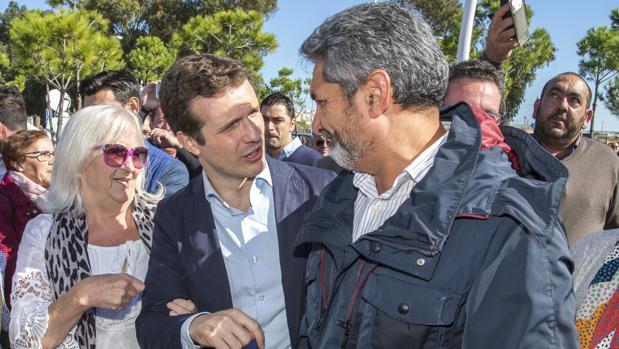 Pablo Casado charla con JuanJosé Cortés, candidato del PP por Huelva