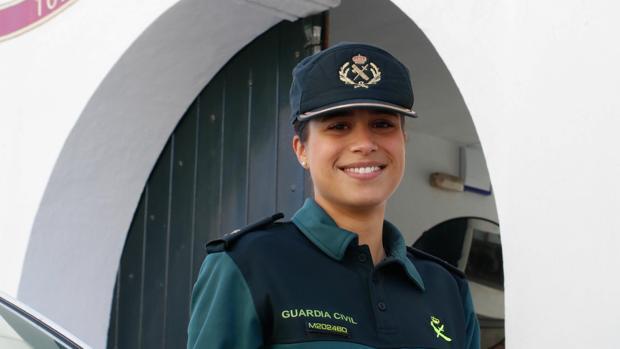 Carmen Pérez a las puertas del puesto de la Guardia Civil de Palma del Río