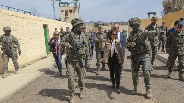 La ministra de Defensa durante su visita a la base 'Álvarez de Sotomayor' de la Legión en Almería