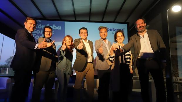 Acto de presentación de Marián Aguilar (tercera por la izquierda), esta tarde en Córdoba