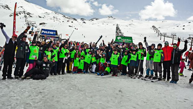 Los participantes disfrutan estos días de la nieve en la estación de esquí de Granada