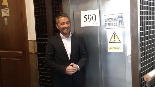 El portavoz de Ciudadanos en el Ayuntamiento de Granada, Manuel Olivares, junto al ascensor averiado