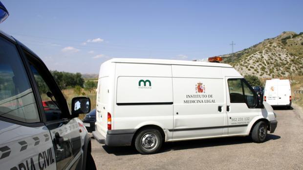 Patrulla de la Guardia Civil y un vehículo del Instituto de Medicina Legal