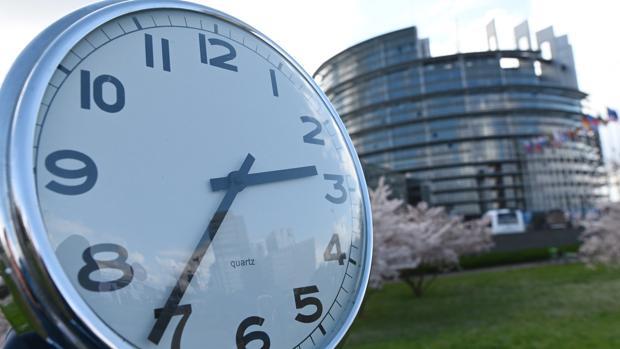 Un reloj ante el Parlamento de Estrasburgo, donde se decide el cambio de hora